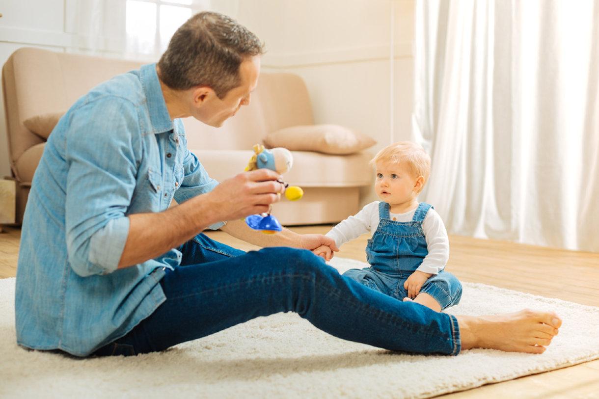 Jednogodišnjaci kombiniraju pokrete ruku i počinju se organizirano igrati.