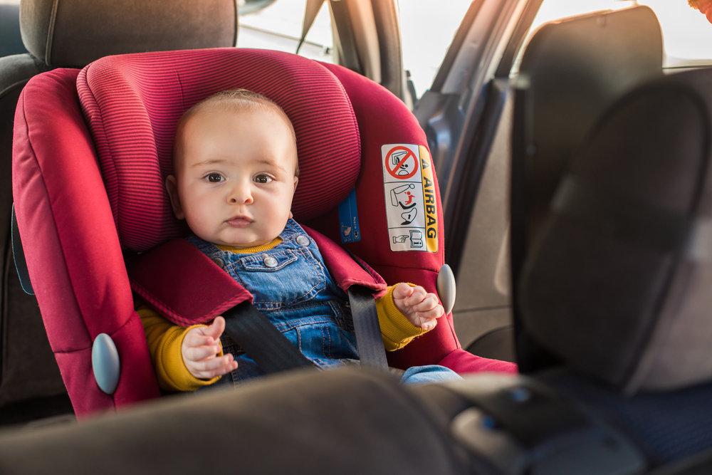 Obavezno je da beba u autu bude u sjedalici, a ne u rukama roditelja!