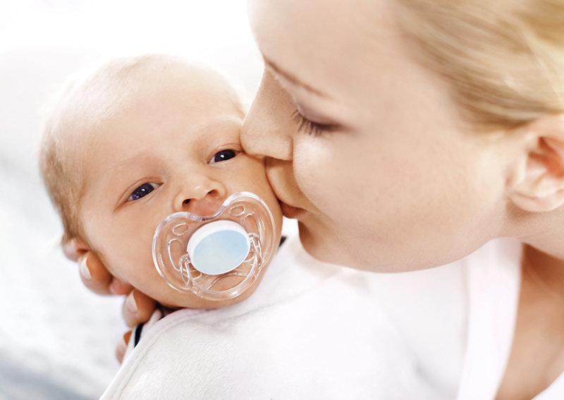 Koja količina mlijeka i koliko obroka je potrebno bebi tijekom dana?