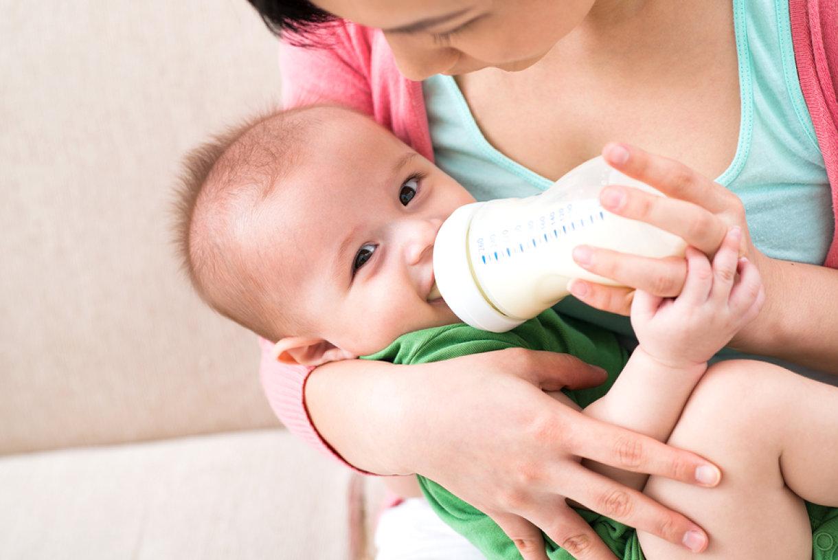 Beba je stigla i beba želi jesti. Na žalost, iz ovog ili onog razloga beba ne sisa i mama ne doji. Pripremite se. Kreće festival hranjenja na bočicu.