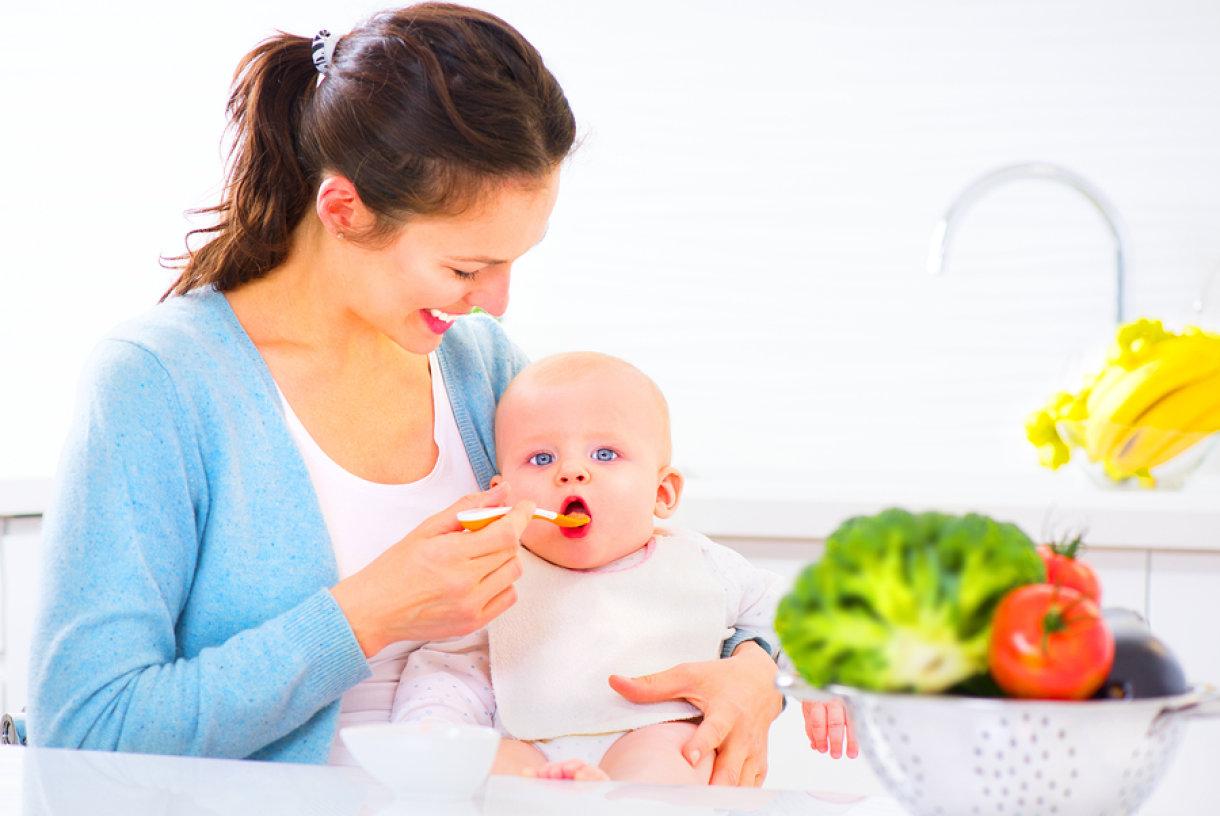 Taman kada ste se naviknuli na dojenje ili hranjenje na bočicu, dođe vrijeme za prve kašice