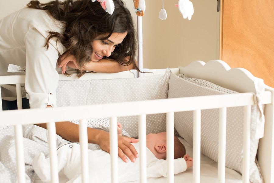 Beba bi trebala spavati u krevetiću bez jastuka i plišanaca